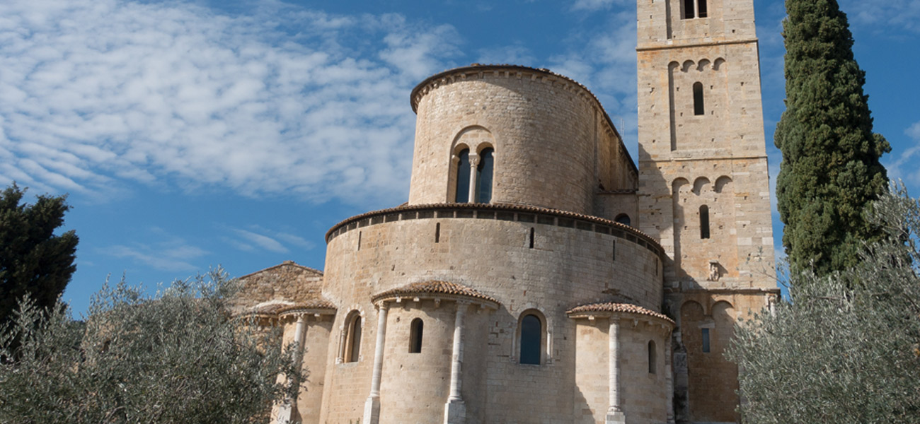 http://www.keytoitaly.tours/images/itineraries/medieval-life-and-castles/abbey-montalcino-gems-of-tuscany-umbria.jpg